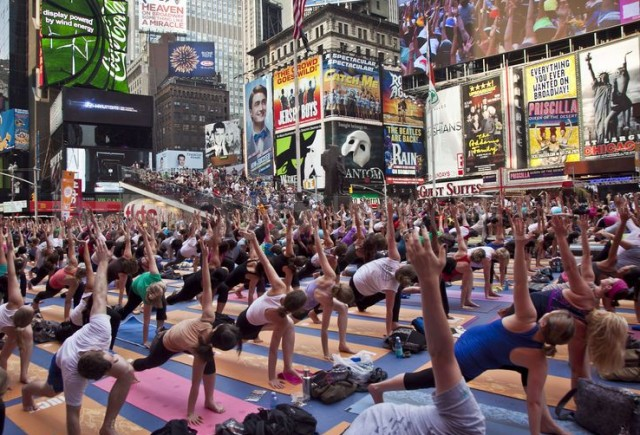 1308722434-summer-solstice-yoga-in-times-square--new-york_732128